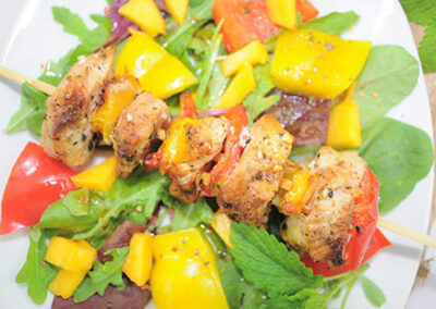 Hähnchenspieß vom Grill mit einem grünen Salat mit Mango